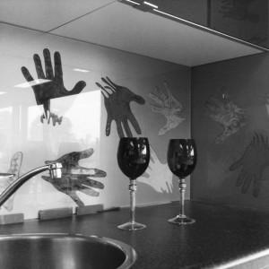 glazen keukenwand hand 003